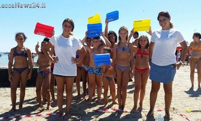 Il nostro mare è troppo bello per non salvarlo dalla plastica. Gli eco-informatori Monteco scendono in spiaggia