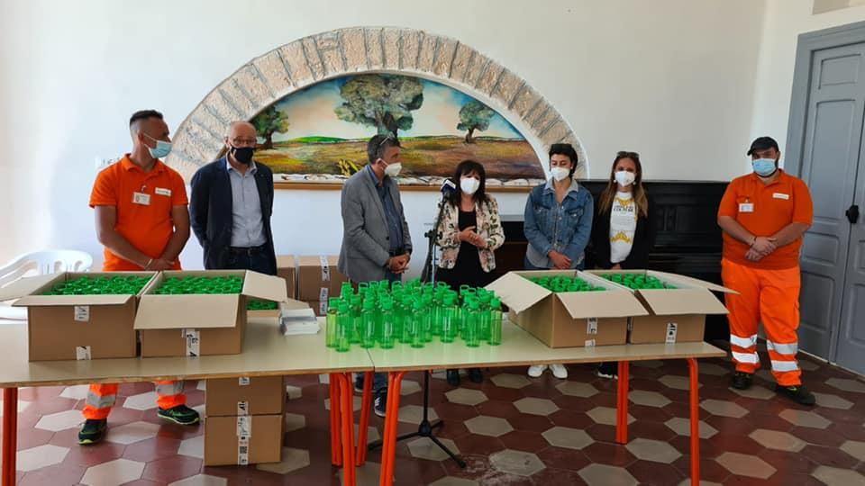 Alberobello. Comune e Monteco consegnano le borracce agli studenti dell'Istituto Comprensivo «Morea-Tinelli»